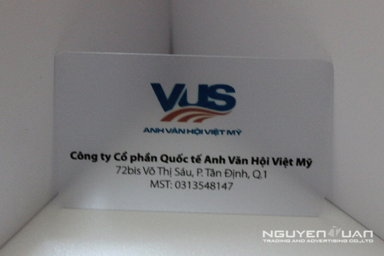 In danh thiếp bằng thẻ nhựa trong suốt